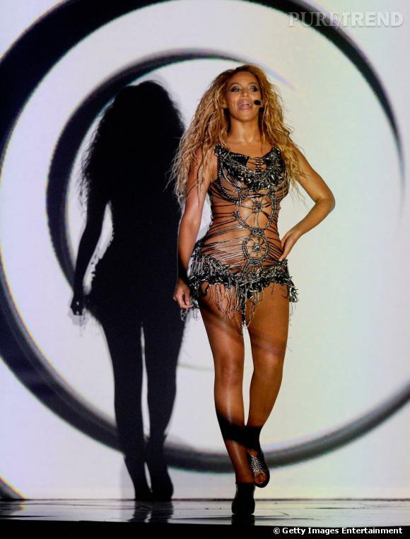 Beyoncé tout juste habillée fait une entrée à la James Bond Girl aux Billboard Music Awards 2011 à Las Vegas.