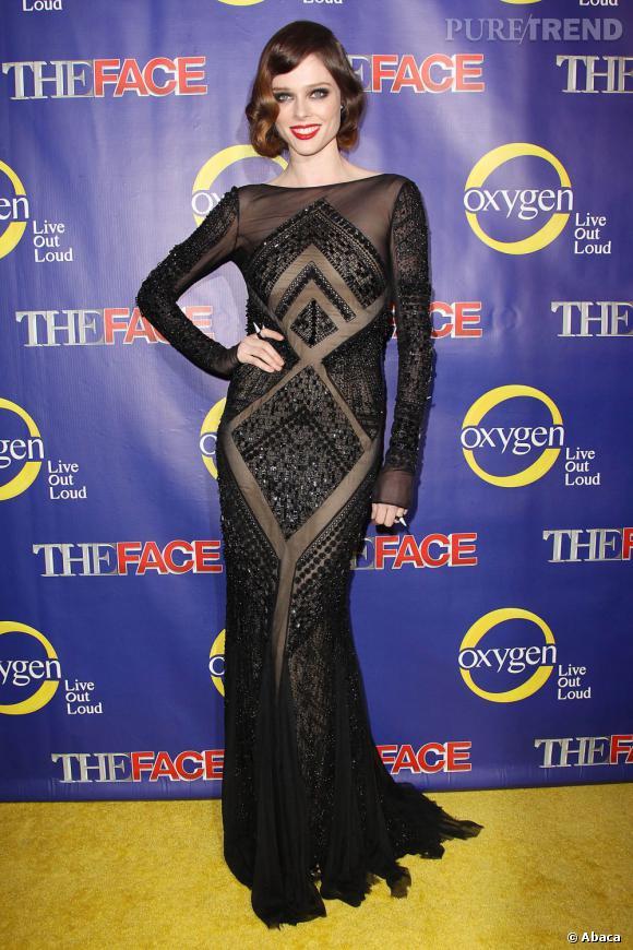 La top model mise sur une robe Emilio Pucci qui sublime parfaitement sa silhouette longiligne.