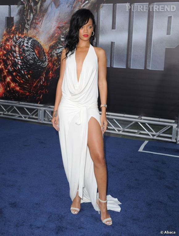 Rihanna à la première de Battleship à Los Angeles en robe fendue et décolletée Adam Selman.