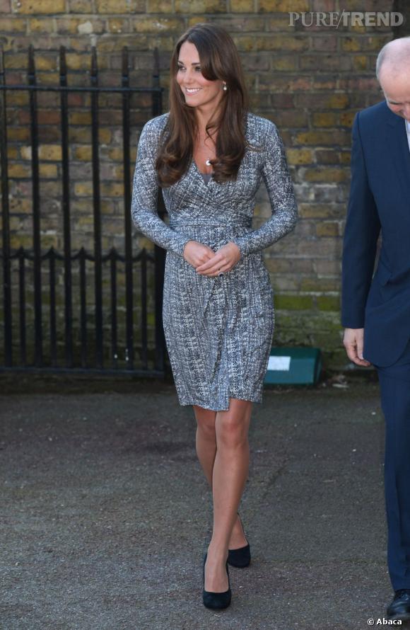 Kate Middleton a été vivement critiquée par Hilary Mantel. Cela ne l'empêche pas de se rendre à un centre d'aide pour les femmes souffrant de graves addictions, dévoilant l'air de rien un début de ventre de femme enceinte.