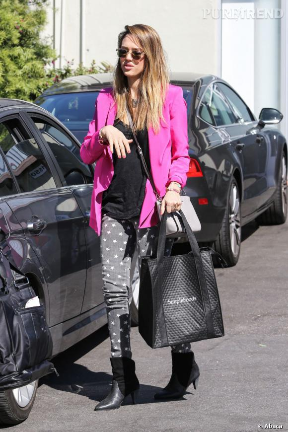 jessica alba compl te sa tenue avec des bottines rebecca minkoff. Black Bedroom Furniture Sets. Home Design Ideas