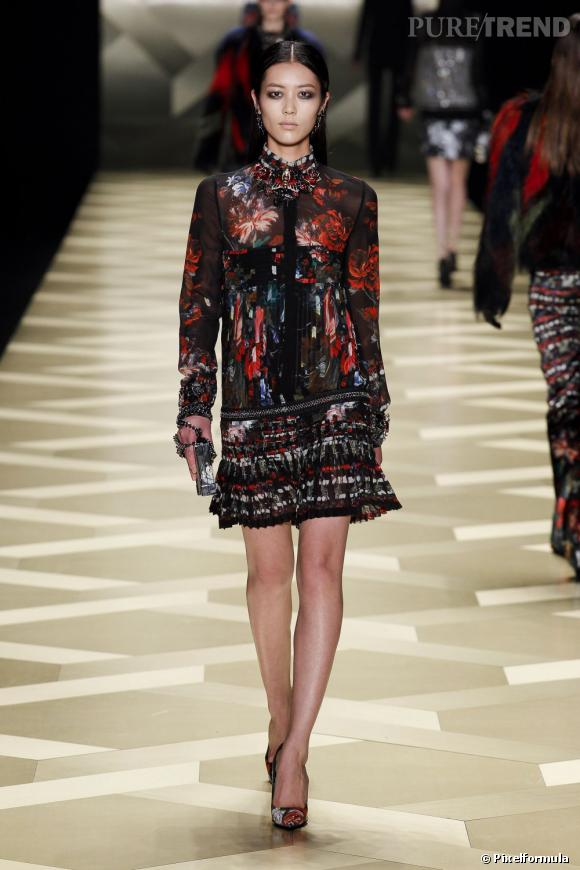 Fashion Week de Milan Automne-Hiver 2013/2014 Défilé Roberto Cavalli. Le plissé s'unit aux imprimés fleuris, la femme est chic, ultra-distinguée même.