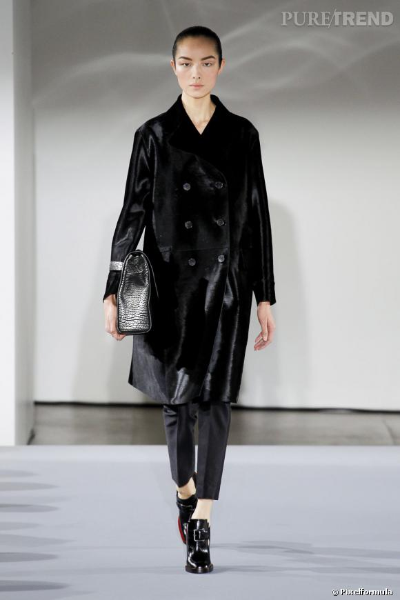 Fashion Week de Milan Automne-Hiver 2013/2014 Défilé Jil Sander. La silhouette est citadine, un peu masculine mais la cheville se dévoile...