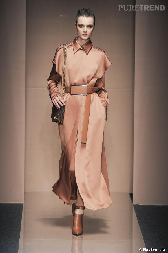 Fashion Week de Milan Automne-Hiver 2013/2014 Défilé Gianfranco Ferré. Le manteau en soie fait son entrée.