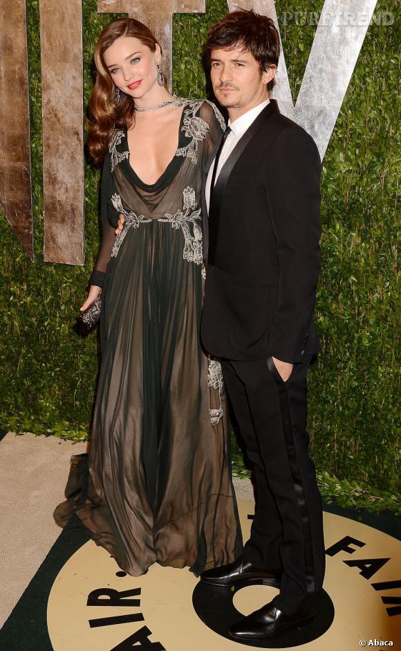 Miranda Kerr charme les photographes (et son mari Orlando Bloom) avec une robe drapée Valentino, lors de la soirée Vanity Fair post-Oscars 2013.