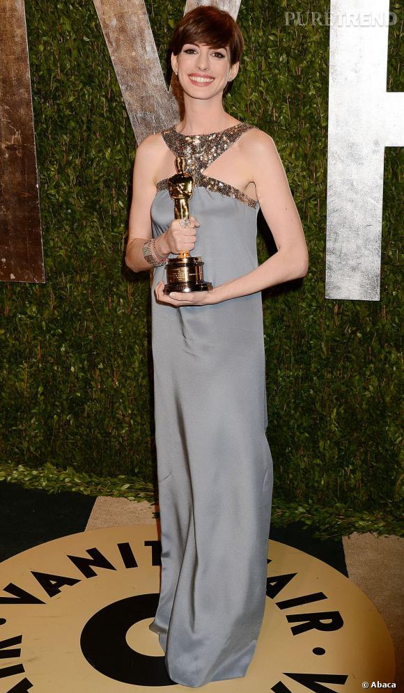 Anne Hathaway, magnifique dans une robe Saint Laurent by Hedi Slimane à la soirée Vanity Fair post-Oscars 2013.