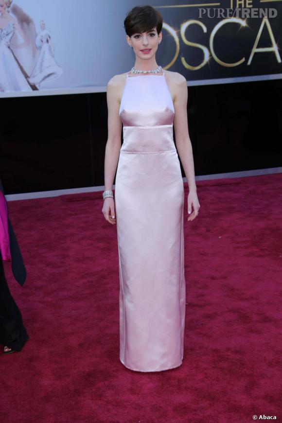 Anne Hathaway en robe Prada aux Oscars 2013.