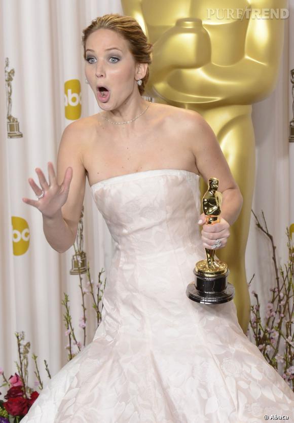 Jennifer Lawrence, reine des bourdes, est idôlatrée par Hollwyood. Mais comment fait-elle pour qu'on lui laisse tout passer ?