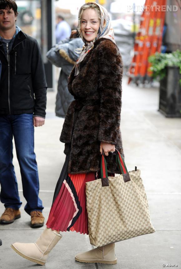 Le flop look de tournage : Foulard fleuri, grosse fourrure, jupe criarde et bottes fourrées... Le look grand-mère de Sharon Stone, c'est trop pour nous.