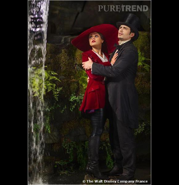 """Mila Kunis, l'une des jolies sorcières du """"Monde fantastique d'Oz"""", aujourd'hui en salle. Chignon, bouche rouge et chapeau XXL composent son beauty look."""