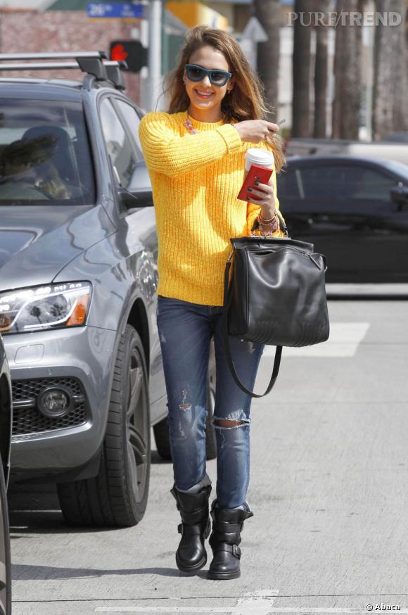 Jessica Alba, son détail de printemps : le pull jaune.