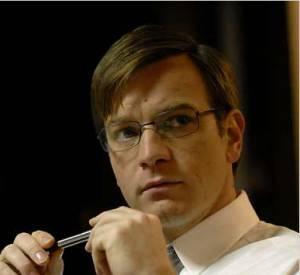 """Ewan McGregor se transforme en expert comptable pour """"Manipulation"""", sorti en 2008. Entre les lunettes aux montures fines et la mèche sur le côté, tout y est... sauf le sex appeal."""