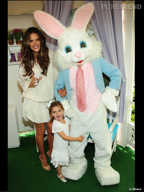 Alessandra Ambrosio et sa fille Anja prennent la pose avec un lapin de Pâques géant.