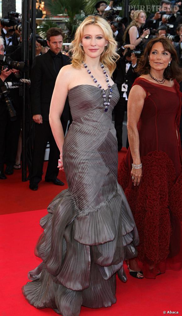 Cate Blanchett est la nouvelle égérie Armani Parfum. Une marque qu'elle porte souvent sur tapis rouge comme ce jour-là avec un modèle bustier à volants.