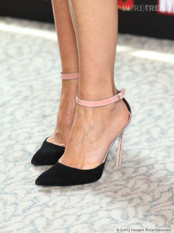 Gwyneth Paltrow porte des escapins noirs à bride rose.