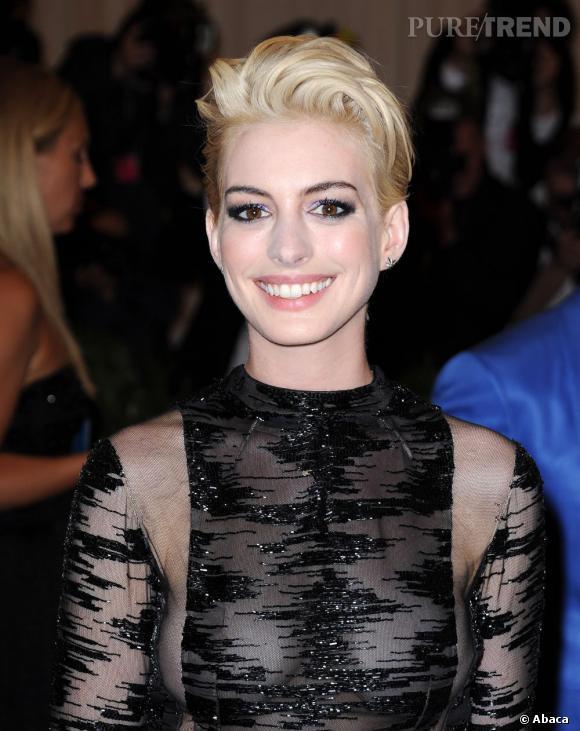 Anne Hathaway a fait sensation en blonde au Met ball.
