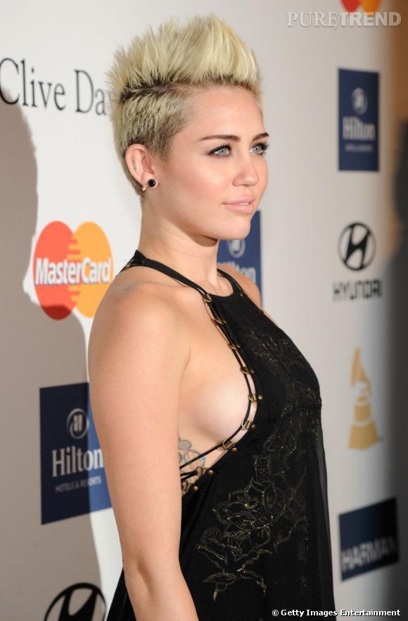 Miley Cyrus nommée femme la plus sexy de 2013 par le magazine Maxim. Et un joli side boob pour la route !