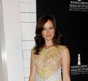Alexis Bledel flatte son teint doré avec une robe longue Missoni.