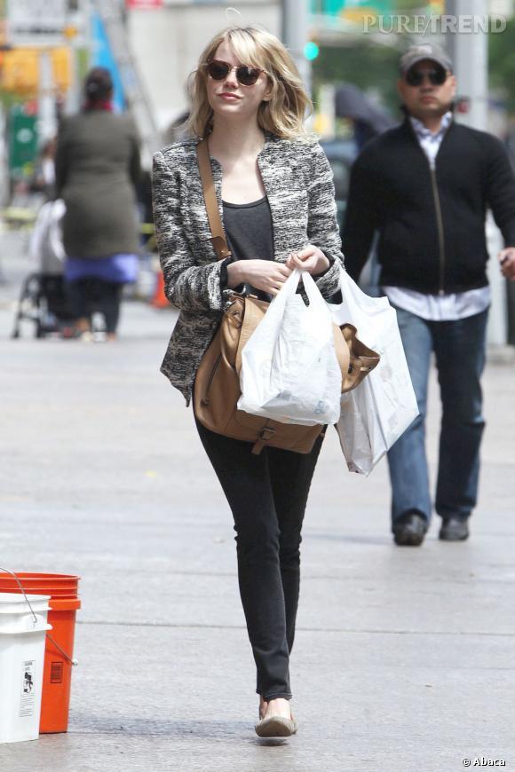 Emma Stone mise sur un look neutre pour sa sortie shopping dans TriBeCa.