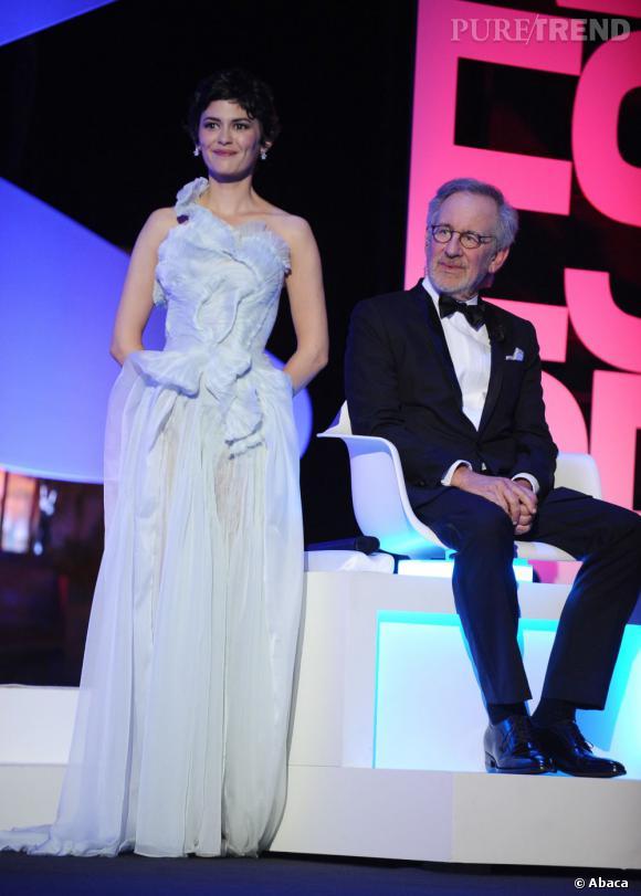 Audreu Tautou opte pour un look tout en finesse dans une robe Yinqing Yin accessoirisée d'une parure Chaumet avec des boucles d'oreilles et une bague de la collection Le Grand Frisson. Une bien belle maîtresse de cérémonie pour cette 66 ème édition du Festival de Cannes.