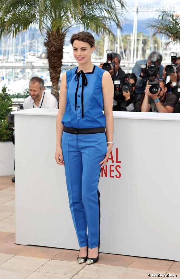 """Bérénice Bejo choisit une chemise et un pantalon de smoking bleu pour le photocall du film """"Le Passé""""."""