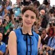 """Bérénice Bejo mise sur une chemise à plastron décorée de boutons noirs et d'un ruban pour poser au photocall """"Le Passé""""."""