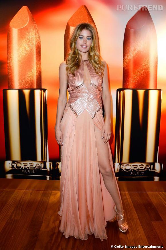 Doutzen Kroes en robe Versace pour la soirée très privée L'Oréal Paris à l'hôtel Martinez.