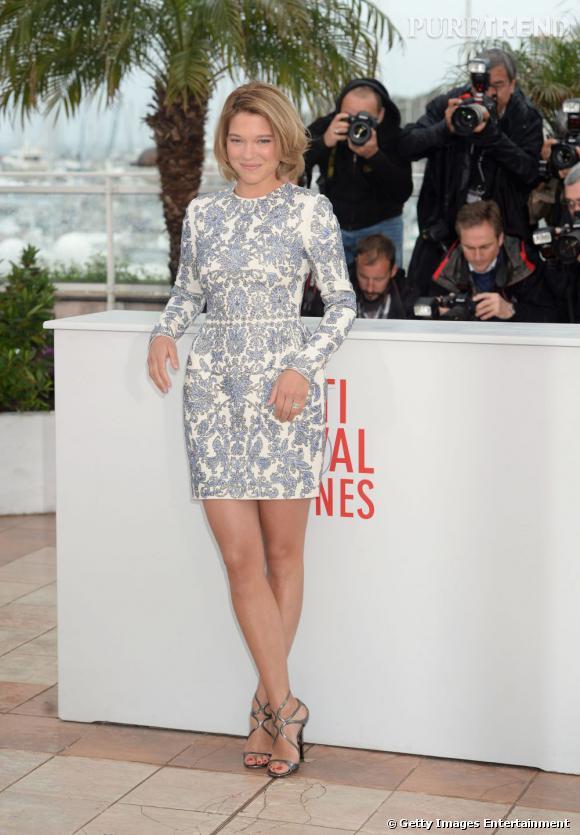 Elégante dans une robe aux imprimés baroques, Léa Seydoux affiche de jolies jambes hâlées.