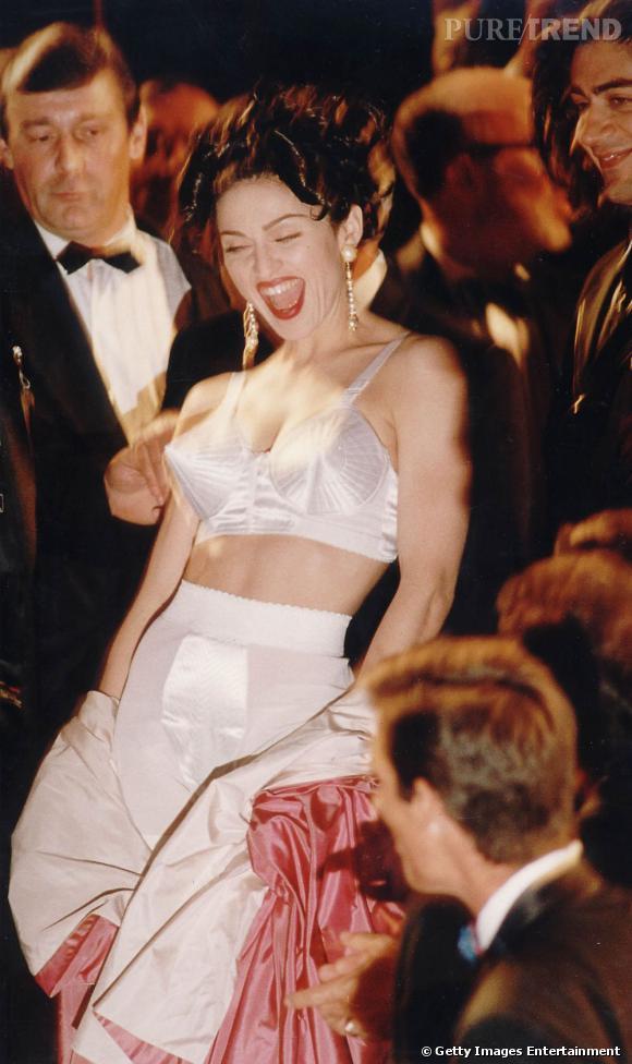 Madonna fait sensation dans un déshabillé signé Jean Paul Gaultier et un corset conique.