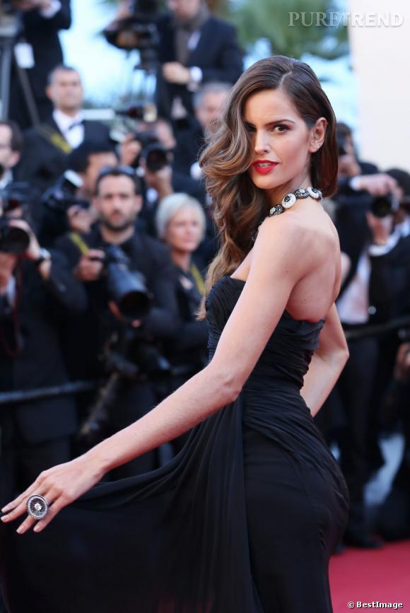 Izabel Goulart, un sex-appeal incontestable lors de la montée des marches à Cannes.