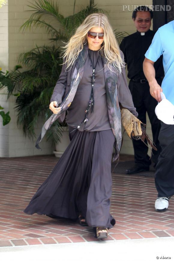 Fergie, femme enceinte religieuse mais mal habillée.