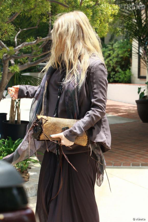 Entre sa tenue filasse et sa crinière dans la figure, Fergie semble être une parente éloignée de Cousin Machin.
