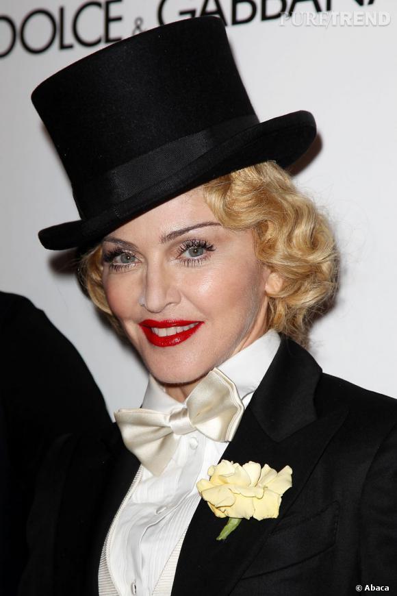 """Madonna prend les traits de Marlene Dietrich pour la première de son film """"MDNA : Tour""""."""