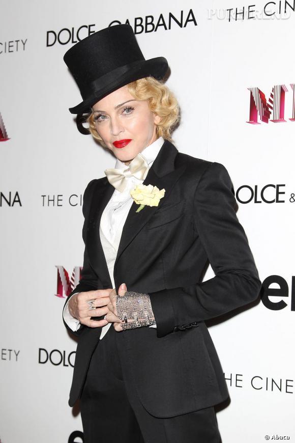 Madonna a tout de même rajouté un élément moderne et bling bling pour cet ensemble et enfile un gant-bijou argenté.