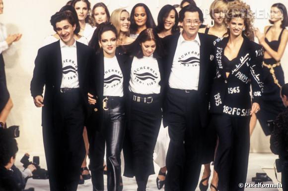 Jean-Louis Scherrer entouré de ses mannequins lors du final de son défilé prêt-à-porter de 1993.