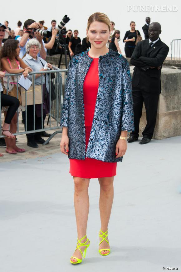 Léa Seydoux pense à la veste en cas de courant d'air au défilé Christian Dior Haute Couture Automne-Hiver 2013-2014.