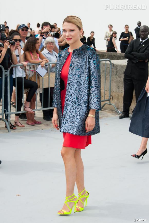 Léa Seydoux nous éblouit avec une veste bleue, une robe rouge passion et des sandales Lance Jimmy Choo fluo, au défilé Christian Dior Haute Couture Automne-Hiver 2013-2014.