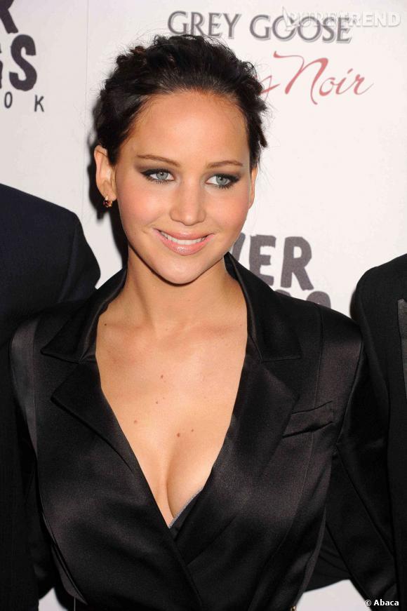 Jennifer Lawrence magnifique en brune...