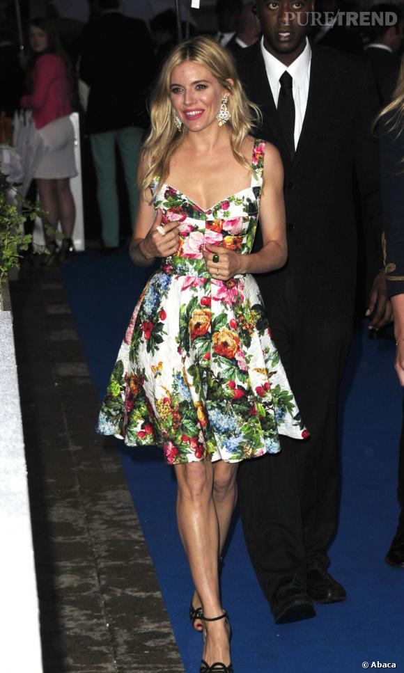Sienna Miller porte une robe Dolce & Gabbana à la soirée BMW.