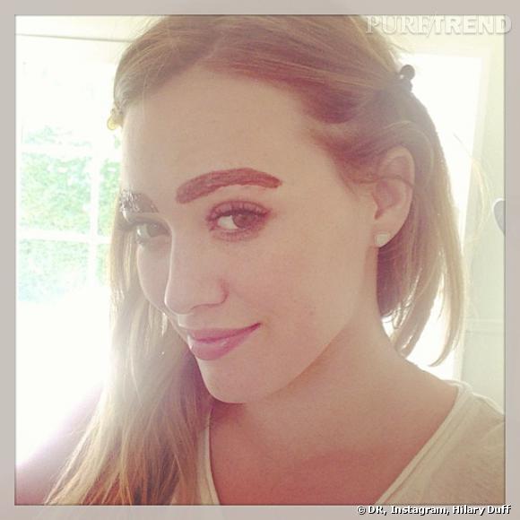 Hilary Duff teste la coloration de sourcils. Essayerait-elle de ressembler à Cara Delevingne ?