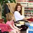 Pédicure entre mère et fille pour Alyson Hannigan et sa petite Satyana. Trop mignon !