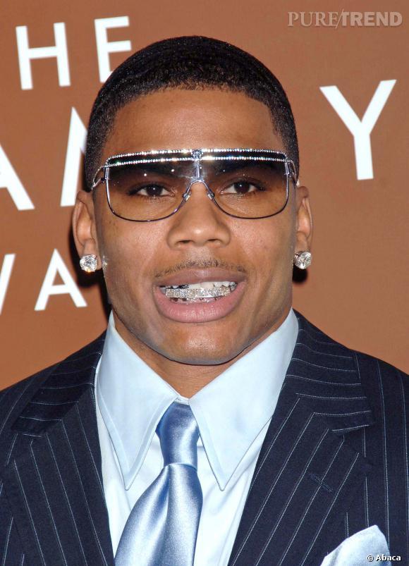 Le rappeur Nelly a eu sa période de gloire au milieu des années 2000. Diamants aux oreilles, sur les lunettes et sur les dents... Il est très distingué.