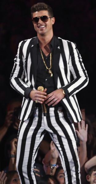 robin thicke vs beetlejuice le costume a rayures noir et blanc. Black Bedroom Furniture Sets. Home Design Ideas
