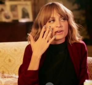 Nicole Richie s'initie au nail art.