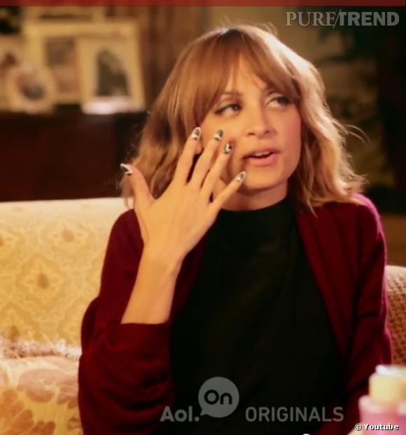 Nicole Richie s'essaye au nail art.