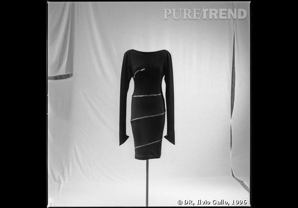 Alaïa, robe courte, A/H 1981 Jersey de laine noire, zip métallique argent enroulé autour de la robe, encolure bateau et manches à pointes Archives personnelles de Monsieur Alaïa