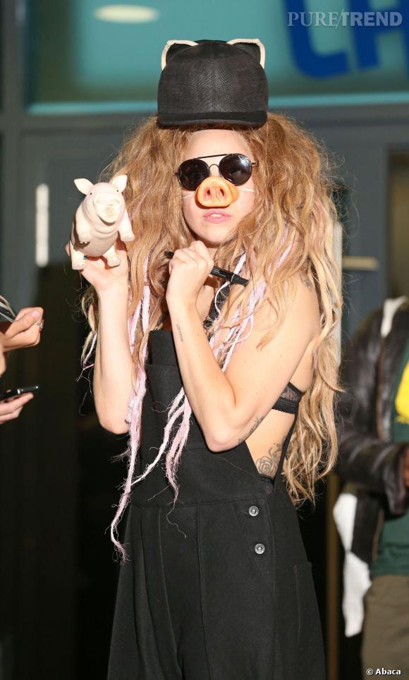 Lady Gaga se transforme en Peggy la cochonne. Nous non plus, on ne comprend pas.