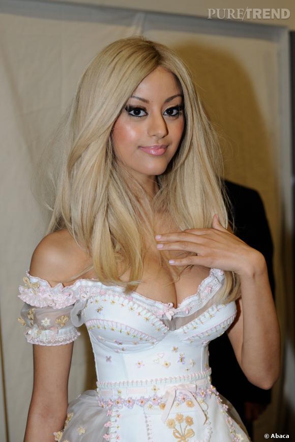 Zahia a apporté la preuve que ses seins sont vrais. Pour obtenir cet effet pigeonnant un soutien-gorge ultra remboursé et un corset peuvent effectivement suffire...