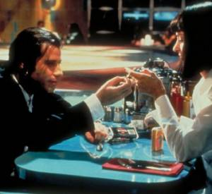 "John Travolta la porte dans ""Pulp Fiction""."