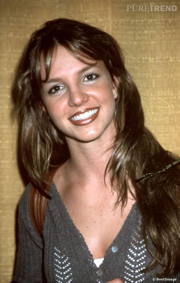1999, Britney Spears entame sa carrière. Ses cheveux sont encore naturels à l'époque, elle porte beaucoup de maquillage pour se vieillir un peu.
